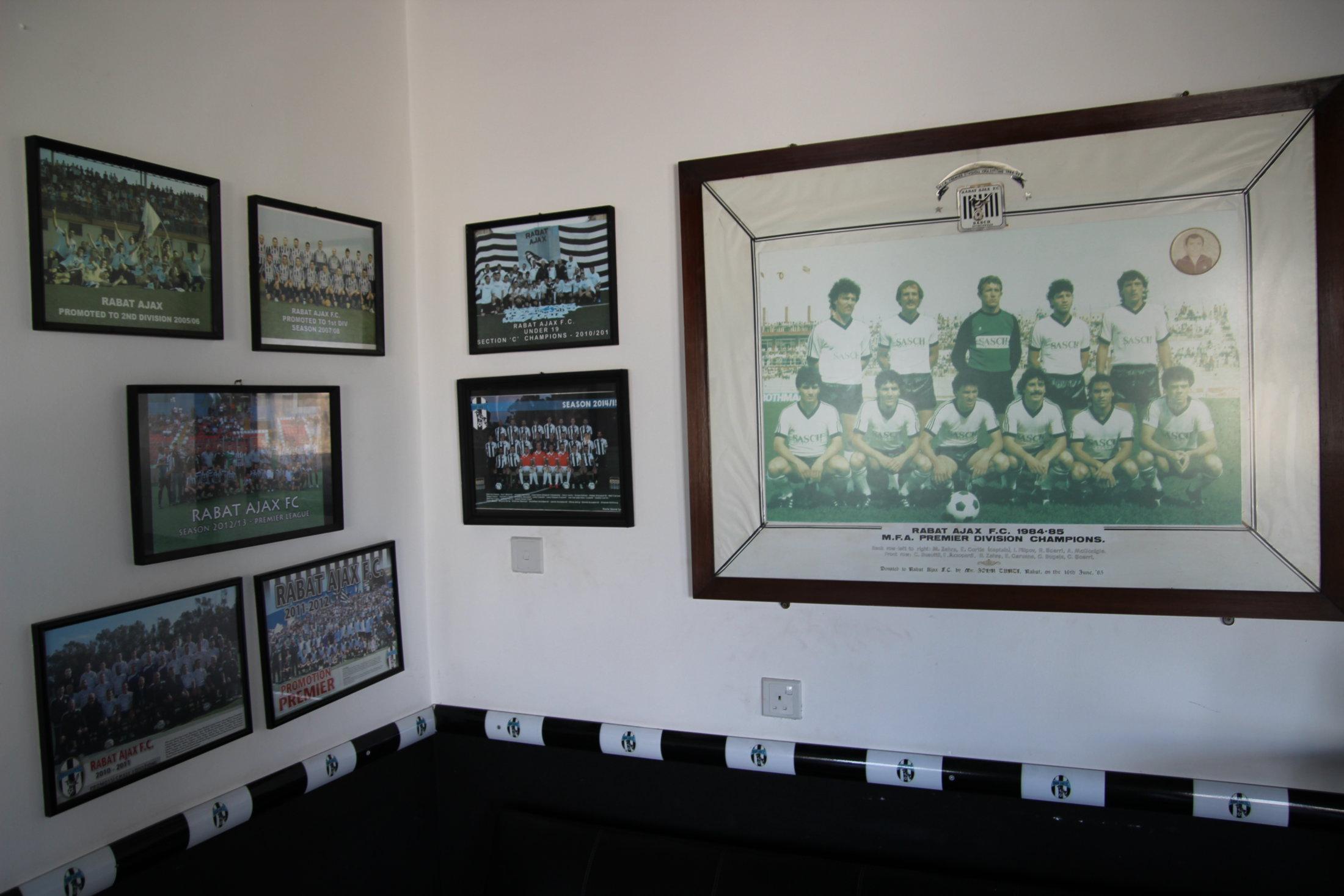 Fotowand im Vereinsheim von Rabat Ajax