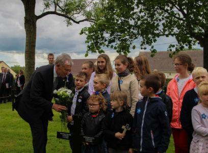 Bundespräsident a.D. Horst Köhler legt mit Kindern aus Fricout Blumen nieder