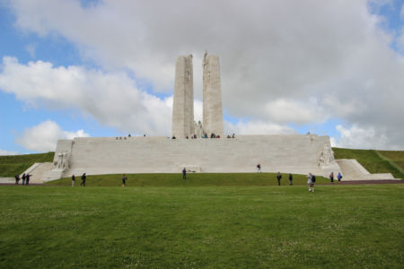 Denkmal in Vimy vom abschüssigen Hang aus betrachtet