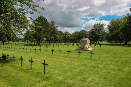 Friedhof Neuville-St. Vaast mit Gedenkquader