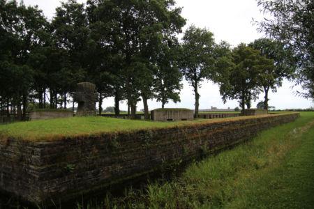 Außenmauer Friedhof Langemarck