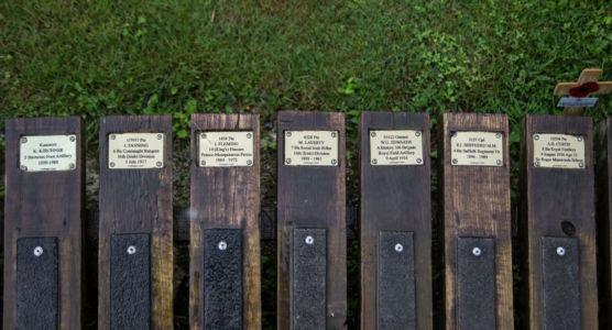 Gedenkplaketten in Lochnagar