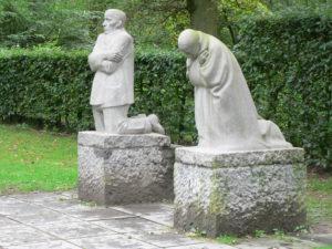 Die trauerden Eltern von Käthe Kollwitz