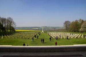 Der Friedhof von Thiepval mit Gräbern und Cross of Sacrifice