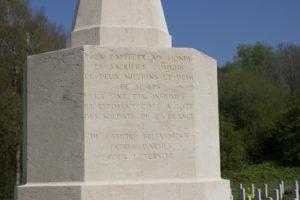 Französische Inschrift auf dem Cross of Sacrifice in Thiepval