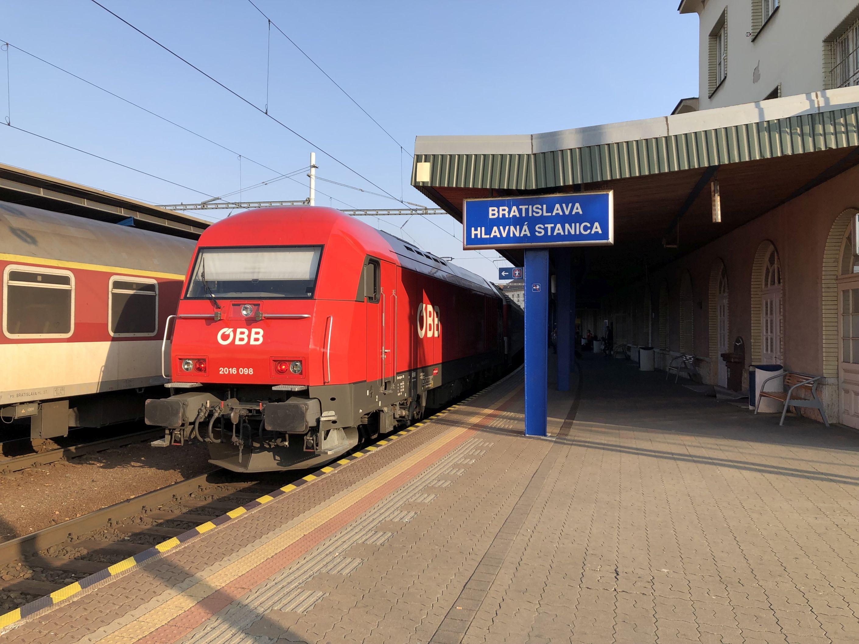 Zug im Bahnhof Bratislava